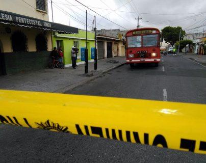 La policía aisla el área donde murió el piloto de un bus de la ruta 70, en la zona 19. (Foto Prensa Libre: Estuardo Paredes)