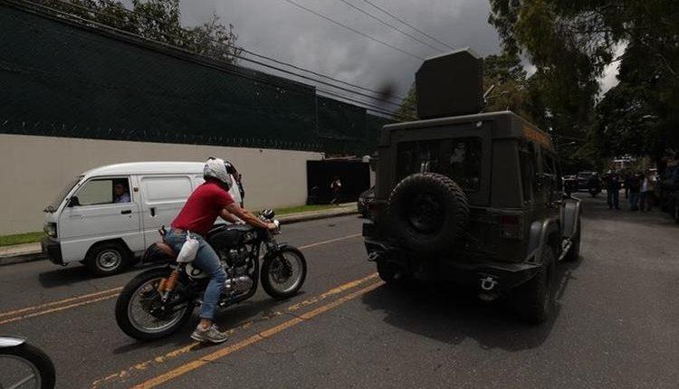 Jeeps J8 circulan en la Avenida Reforma, frente a la Embajada de los Estados Unidos. (Foto Prensa Libre: Hemeroteca PL)