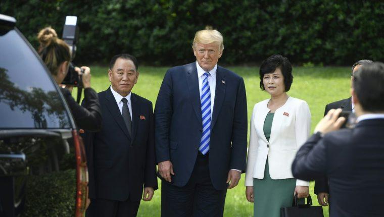 El presidente Donald trump (centro) recibe al enviado de Corea del Norte, Kim Yong Chol. (Foto Prensa Libre: AFP)