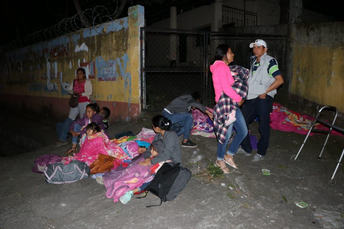 Algunas personas duermen en la calle.