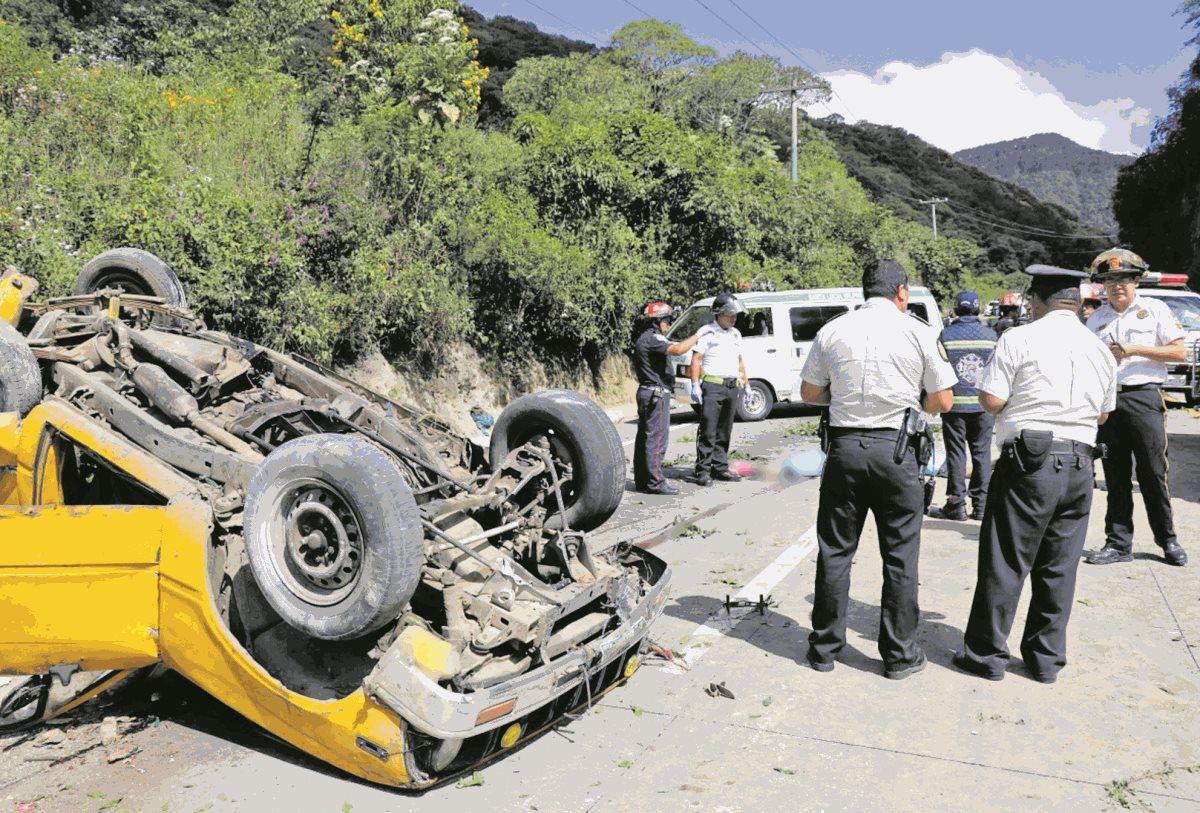 El pasado 23 de noviembre dos personas murieron en un accidente en el km 36 de la Bajada de Las Cañas, Sacatepéquez. (Foto Prensa Libre: Julio Sicán)