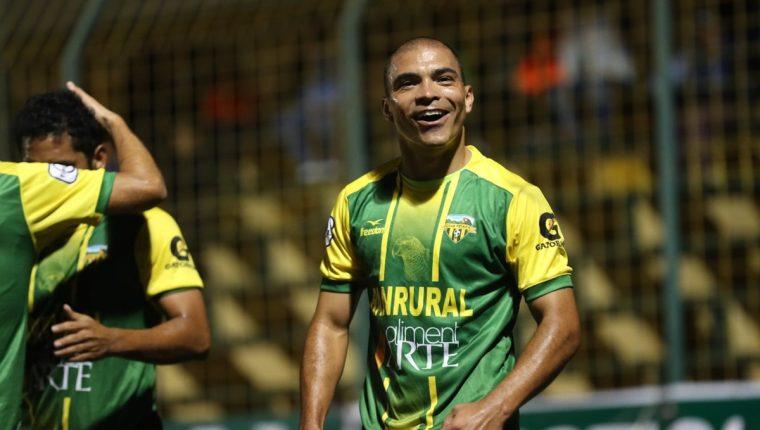 Janderson Pereira anotó el 2-0 definitivo para Deportivo Petapa. (Foto Prensa Libre: Edwin Fajardo)