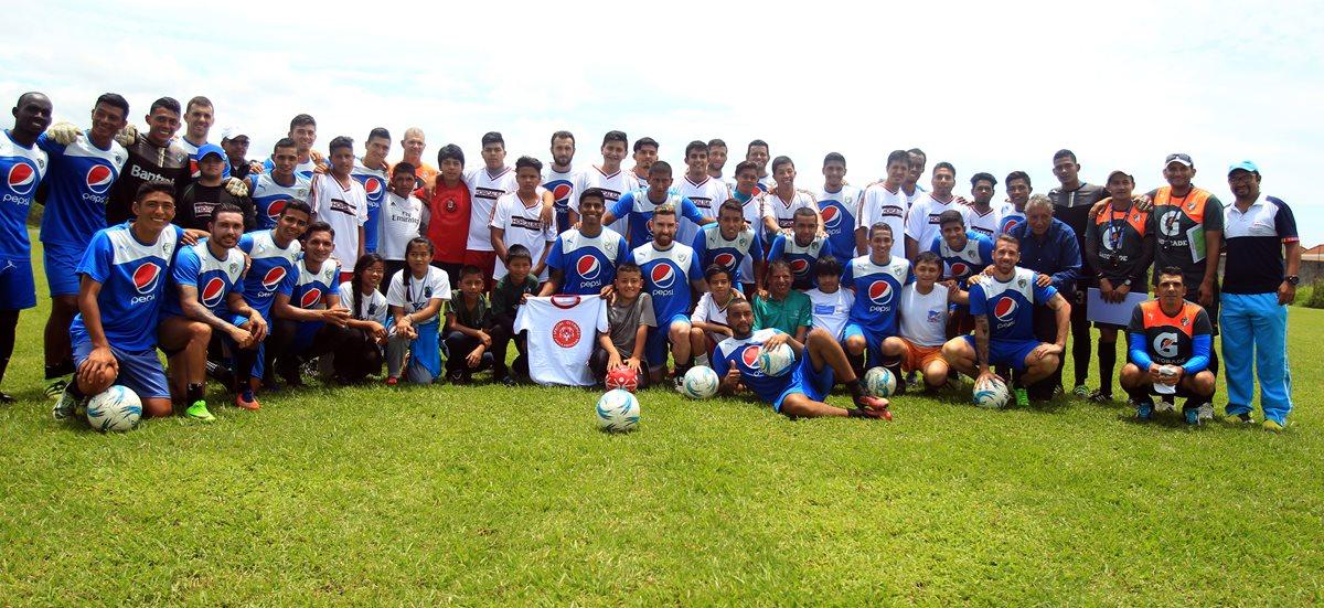 Los jugadores de Comunicaciones compartieron con los niños de Olimpiadas Especiales. (Foto Prensa Libre: Carlos Vicente)