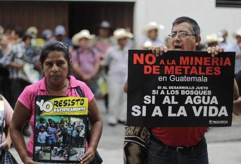 Vecinos de San José del Golfo y San Pedro Ayampuc protestan contra la minería,  frente a la Casa Presidencial, durante la reunión entre funcionarios y líderes comunitarios.