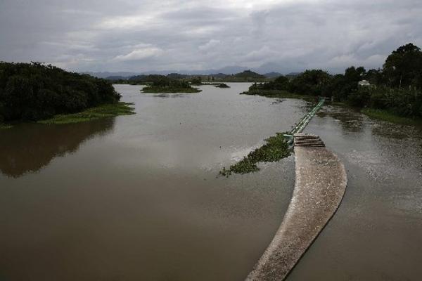 Más de dos mil familias ocuparon terrenos en Brasil, en demanda de tierras, un problema común en ese país. (FOTO PRENSA LIBRE: EFE)