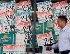El Fondo Monetario Internacional (FMI) ha pronosticado que la inflación seguirá desbocada y prevé que se ubique en 720 por ciento para este año y hasta un 2 mil por ciento en 2018. (Foto Prensa Libre: EFE)