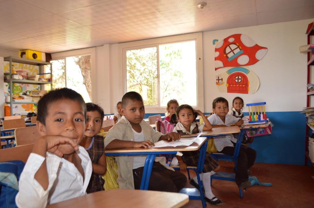 Estudiantes que fueron beneficiados recientemente con la construcción de una escuela en Jutiapa. (Foto Prensa Libre: Fundación Cambia una Vida)