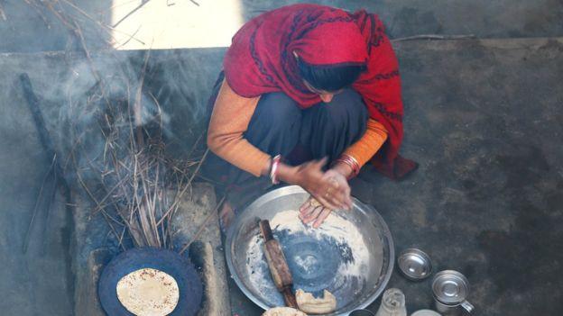 El humo interior en países pobres afecta especialmente a mujeres por la combustión de sólidos dentro de la casa para cocinar. GETTY IMAGES
