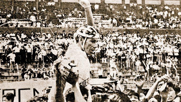Herrera es levantado en hombros después de haber ganado la 16 edición de la Vuelta a Guatemala, que tuvo 15 etapas y un recorrido de mil 623 kilómetros. (Foto Prensa Libre: Hemeroteca PL)