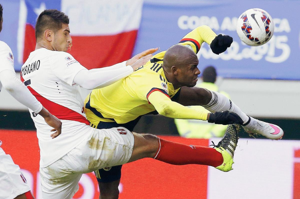 El defensa colombiano Pablo Armero (dch) y el defensa peruano Carlos Augusto Zambrano, durante el partido Colombia-Perú, del Grupo C de la Copa América de Chile 2015 (Foto Prensa Libre:EFE)