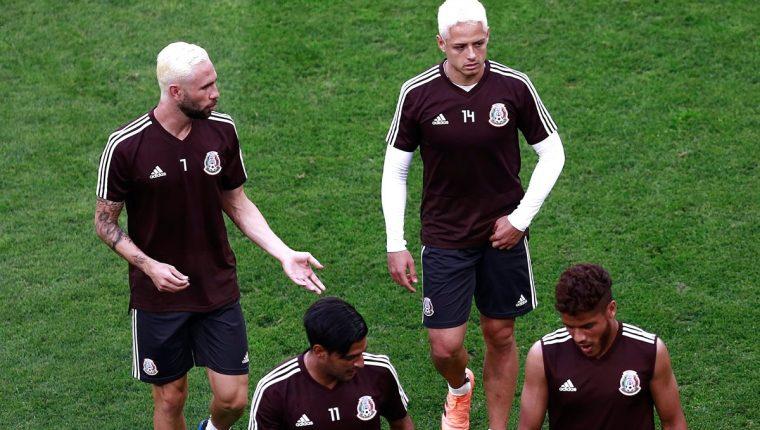 Javier 'el Chicharito' Hernández y Miguel Layún, durante la práctica de México. (Foto Prensa Libre: AFP)