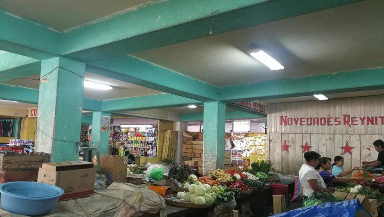 Unos 743 comerciantes de varios mercados de Xela serán desalojados por deuda de arrendamiento. (Foto Prensa Libre: Fred Rivera)