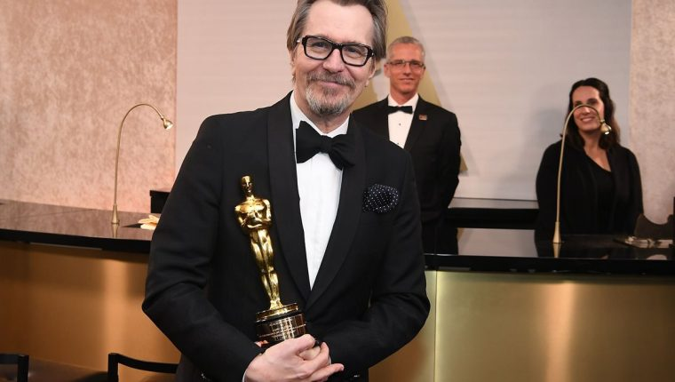"""El actor británico Gary Oldman luego de recibir el Óscar a mejor actor por su trabajo en la película """"Las horas más oscuras"""", donde interpreta a Sir Winston Churchill. (Foto Prensa Libre: AFP)."""