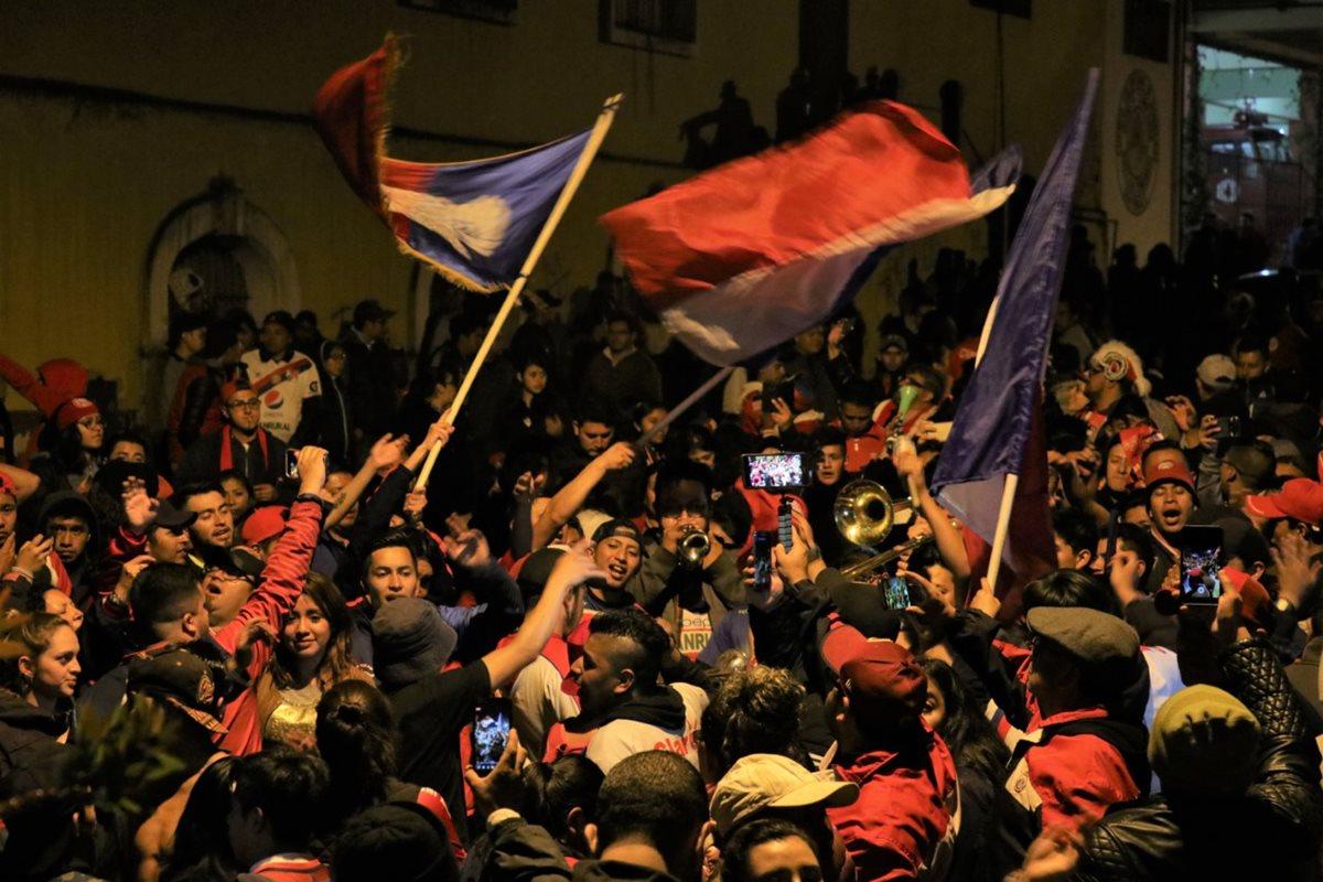 La fiesta se prolongó hasta pasada la medianoche en Quetzaltenango. (Foto Prensa Libre: Raúl Juárez)