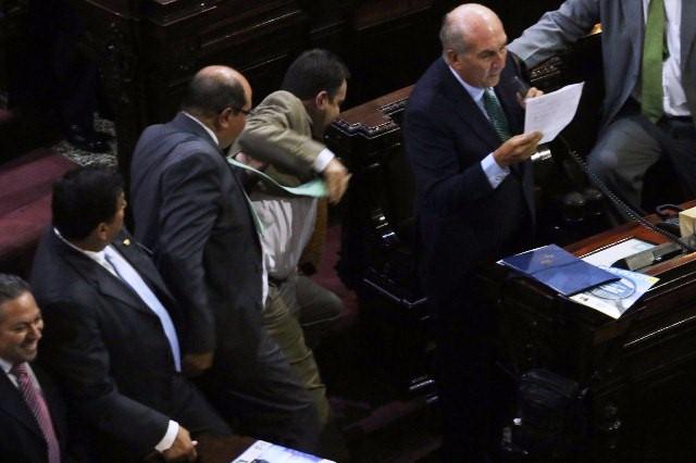 Diputados presentan enmiendas constitucionales entre empujones