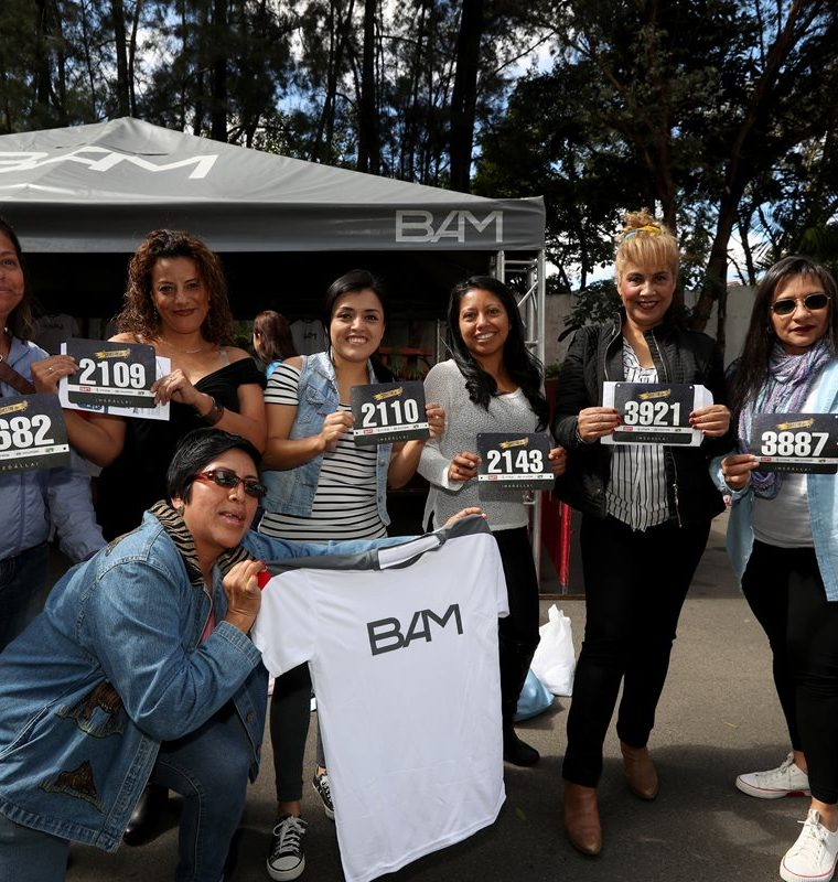 Aficionados del atletismo con sus números previo a la carrera de San Silvestre. (Foto Prensa Libre: Carlos Vicente)