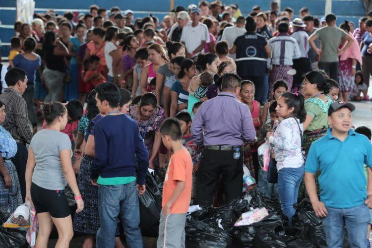Decenas de personas hacen fila para poder obtener medicinas en los albergues de Escuintla.