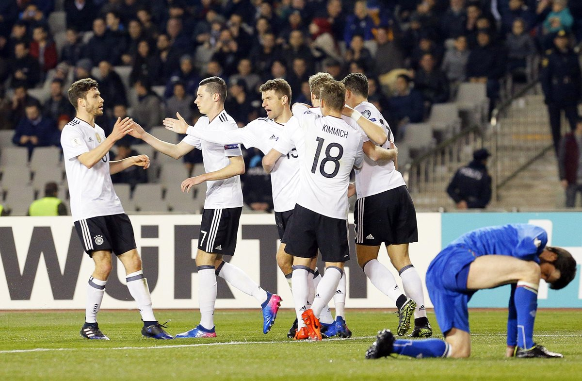 Müller celebra junto con sus compañeros luego de anotar frente a Arzebaiyán. (Foto Prensa Libre: EFE)