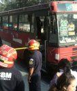 El pasajero de un bus urbano fue atacado a balazos por hombres que abordaron la unidad. (Foto Prensa Libre: Estuardo Paredes)