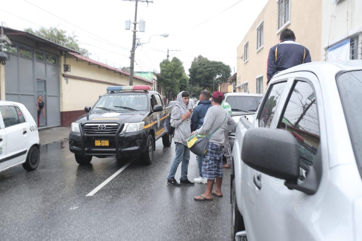 Hondureños ingresan a la Casa del Migrante en la capital. (Foto Prensa Libre: Juan Diego González)