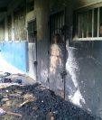 Varias colchonetas fueron quemadas frente a los dormitorios de los internos que fueron trasladados el pasado domingo. (Foto Prensa Libre: Cortesía)