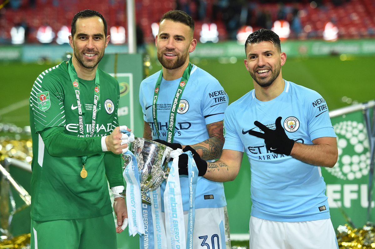 Bravo, Otamendi y Agüero muestran con orgullo el trofeo de campeones de la Copa de la Liga. (Foto Prensa Libre: AFP)