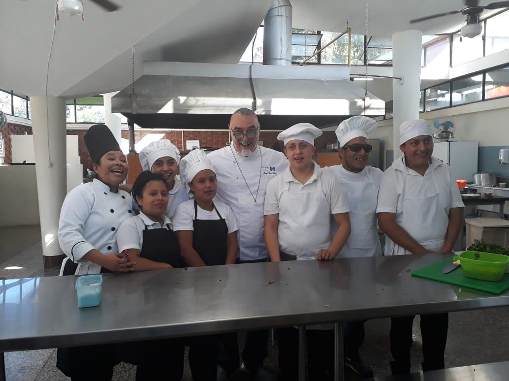 El chef Shaul Ben Aderet con jóvenes de la Academia Técnica Talento Sin Límites Ruth Nicolle de Powell (Foto Prensa Libre: Ingrid Reyes).