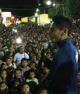 Edgar Pineda agradece a los vecinos por su apoyo, en Mataquescuintla, Jalapa. (Foto Prensa Libre: Oswaldo Cardona).