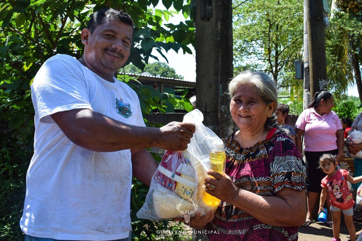 """La municipalidad de Masagua, Escuintla, divulga la entrega de víveres en diversas jornadas. El programa de """"ayuda social"""" se implementa previo al periodo de elecciones. (Foto Prensa Libre: cortesía)"""
