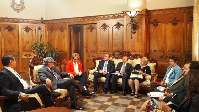 La secretaria general Iberoamericana, Rebeca Grynspan, se reunió con el vicepresidente Jafeth Cabrera y el canciller Carlos Raúl Morales. (Foto Prensa Libre: Vicepresidencia)