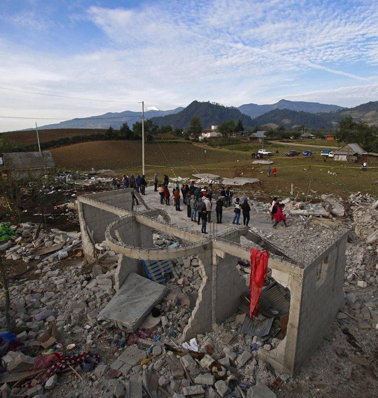 Habitantes acuden al lugar de la explosión de un almacén de pirotecnia en Puebla. (Foto Prensa Libre: EFE)