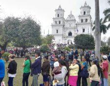 Cientos de fieles peregrinos llegan a la Basílica de Esquipulas para venerar al Cristo Negro. (Foto Prensa Libre: Fernando Magzul)