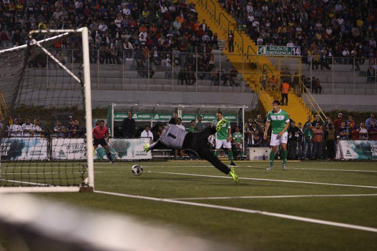 """El """"Gato"""" Estrada se estira pero la pelota lo supera en uno de los goles de Trezeguete. Observan Morientes y Deco."""
