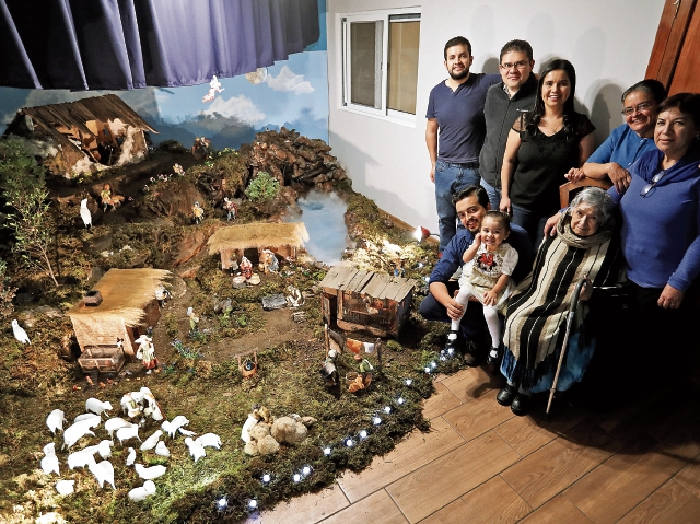 Junto al nacimiento ganador del concurso 2018 aparecen Wherner Mariano Pérez Soto, su mamá, su abuelita,  hermanos y sobrinos. (Foto, Prensa Libre: Esbin García).
