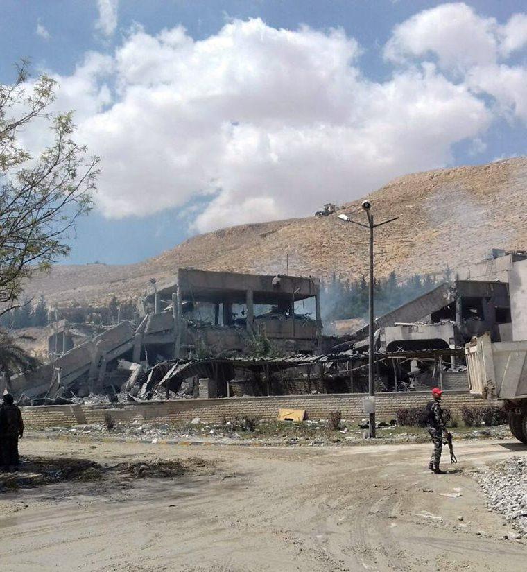 Un soldado sirio inspecciona el edificio dañado del Centro de Estudios Científicos de Investigación sirio destruido tras bombardeo de Estados Unidos, Francia y el Reino Unido. (EFE).