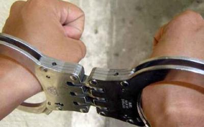 Cuatro supuestos narcotraficantes fueron aprehendidos por las autoridades. (Foto Prensa Libre: PNC)