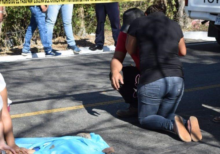 Familiares lamentan la muerte del niño, cuyo cadáver quedó sobre la ruta. (Foto Prensa Libre: Mario Morales)