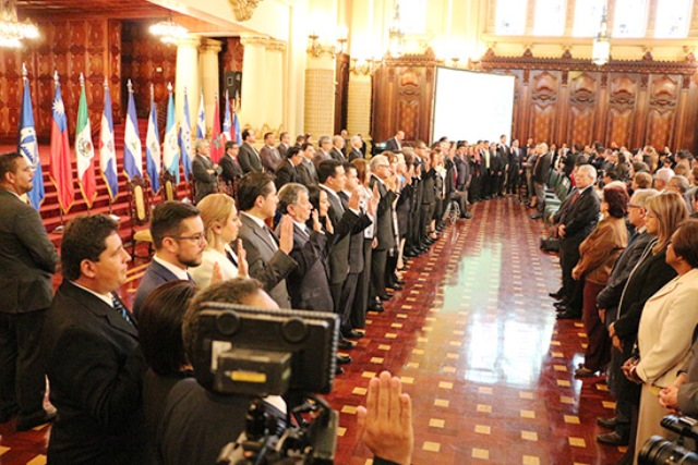 Nuevos diputados fueron juramentados en el Palacio Nacional de la Cultura. (Foto Prensa Libre: Parlacen)