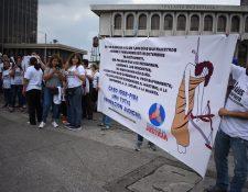 Familiares de los sindicados en el caso IGSS-Pisa manifestaron frente a la Corte Suprema de Justicia. (Foto Prensa Libre: Érick Ávila)