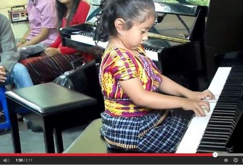 Marlyn Yahaira Tubac Toj, de 4 años, interpreta melodías en el piano. (Foto Prensa Libre: Youtube)