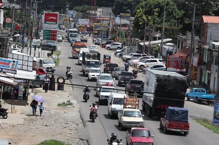 Las personas que transitan por Chimaltenango se quejan debido a la alta afluencia de vehículos que se dirigen de occidente a la capital y viceversa. (Foto HemerotecaPL)