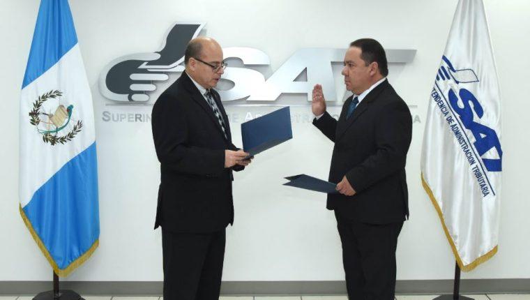 El superintendente Abel Cruz Calderón juramentó al abogado y notario Manuel de Jesús Mejicanos Jiménez como intendente de asuntos Jurídicos de la SAT. (Foto Prensa Libre: Cortesía)