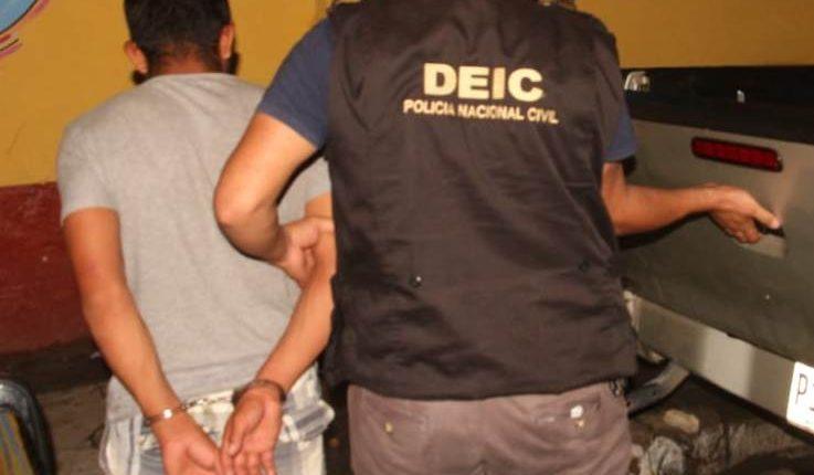 Alirio de Jesús García capturado por un agente, luego de que fuera identificado como uno de los sospechosos de haber raptado a una menor en Zacapa. (Foto Prensa Libre: Mario Morales)