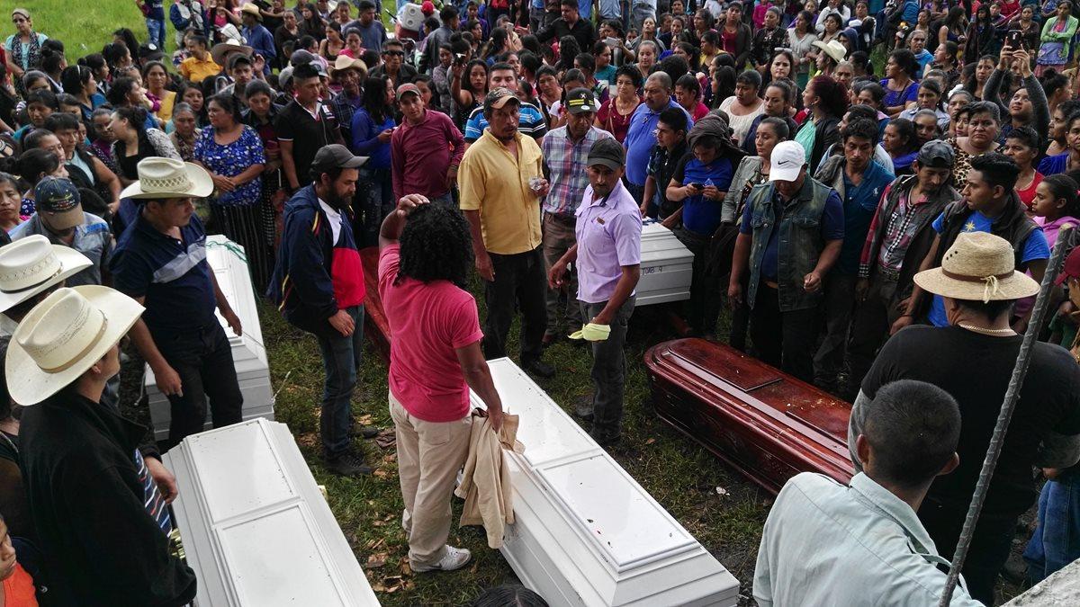 Los hermanos Ascón Muralles fueron sepultados en el cementerio de Sanyuno. (Foto Prensa Libre: Hugo Oliva)