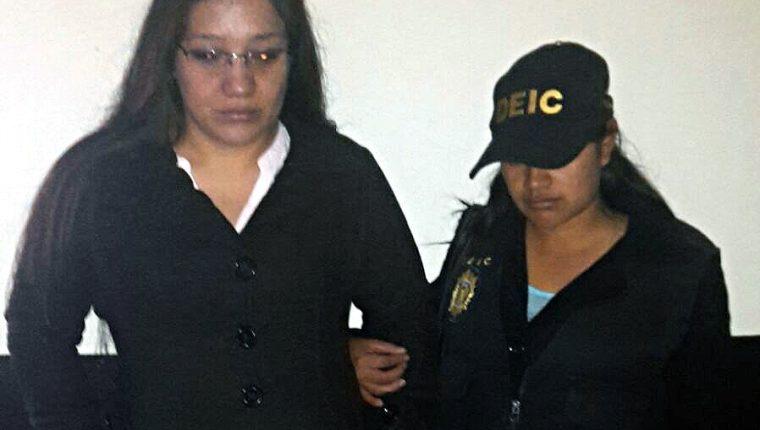 Diana Esmeralda Rabanales es trasladada a un juzgado de Xela sindicada de estafa propia. (Foto Prensa Libre: Carlos Ventura)
