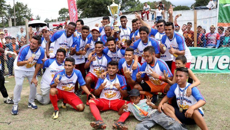 Los futbolistas de Iztapa se muestran felices con sus medallas y con la copa que los acredita como tricampeones de la Primera División. (Foto Prensa Libre: Mike Castillo)