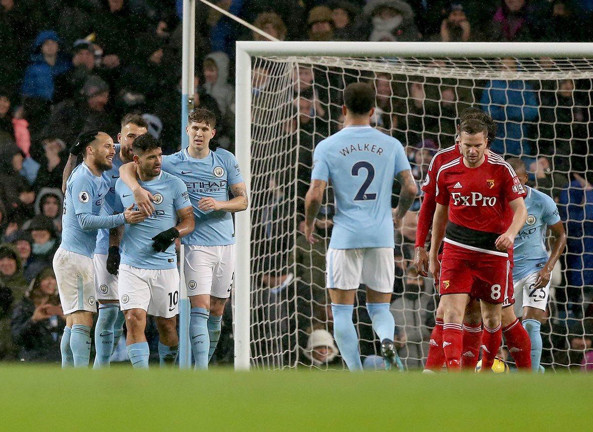 El jugador del Manchester City Sergio Agüero celebra con sus compañeros luego de su anotación. (Foto Prensa Libre: EFE)