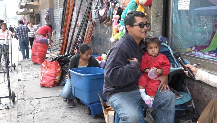 José Daniel García vende juguetes junto a su familia en la 8a. calle de la zona 1 desde hace cinco años. Foto Prensa Libre: David Castillo