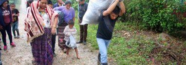 En San Antonio Secortez, Raxruhá, Alta Verapaz, los vecinos carecen de servicios básico y para obtener algunos artículos deben caminar largas distancias. (Foto Prensa Libre: Eduardo Sam Chun)