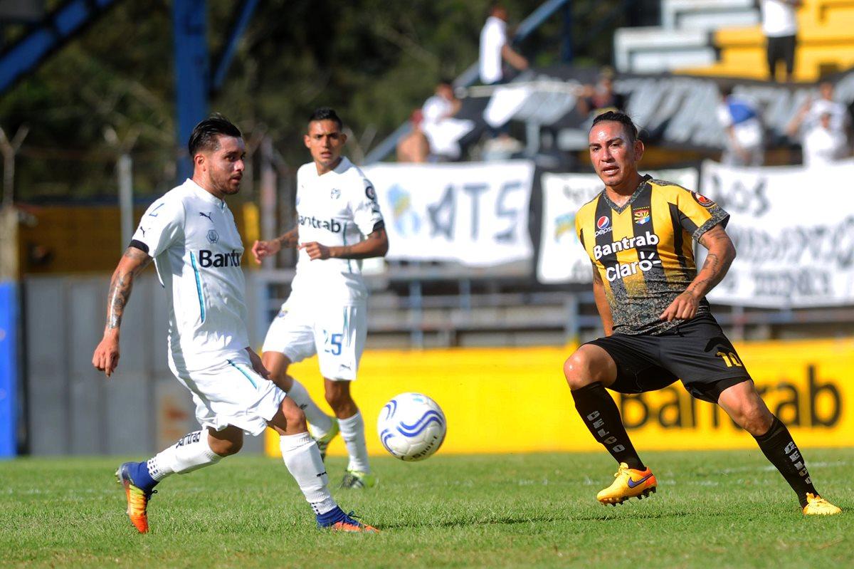 Marco Ciani volvió al terreno de juego, con Aurora, después de años de suspensión por haber salido dopado con Municipal (Foto Prensa Libre: Edwin Fajardo)